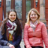 Hannah Schartmann (li.) kümmert sich im Rahmen eines Patenprojekts der Rostocker Stadtmission ehrenamtlich um syrische Flüchtlinge. Dr. Jenny Hahs (re.) ist Projektleiterin und freut sich, dass für zwei weitere Jahre Fördergelder zur Verfügung stehen.