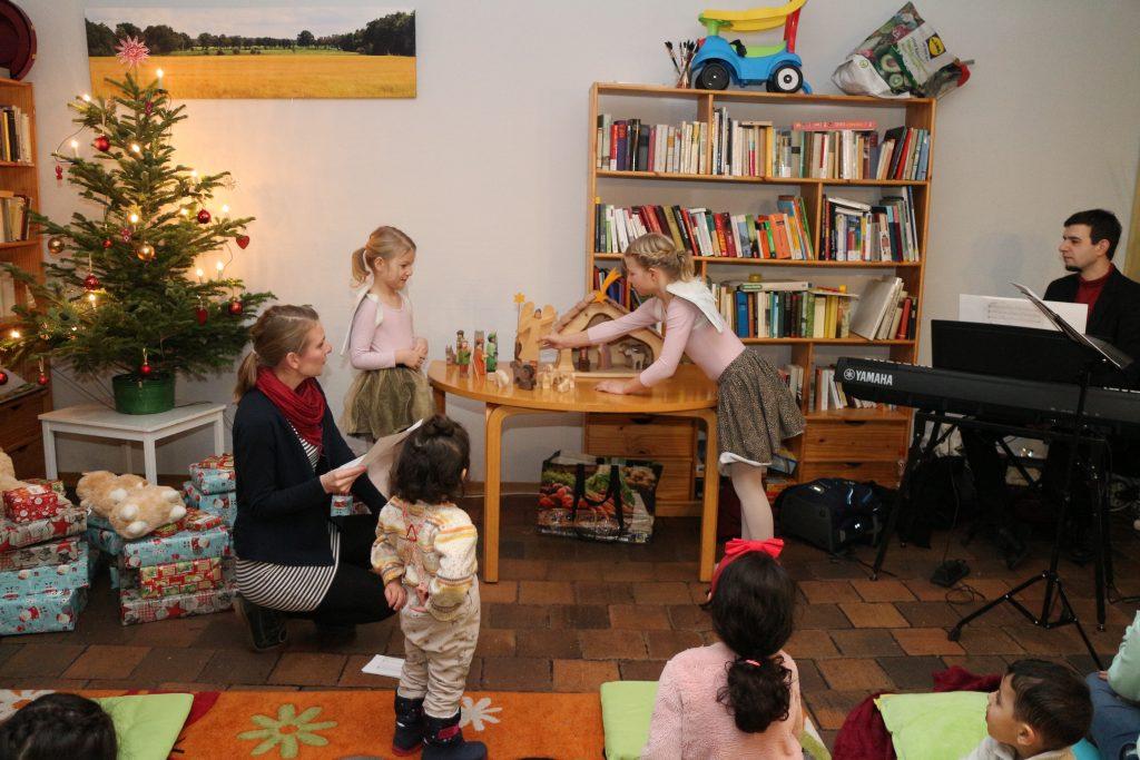 Engel spielen die Weihnachtsgeschichte