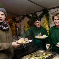 Harald Meincke, Bewohner der Obdachloseneinrichtung, erhält sein Essen von Annette von Karp und Till Backhaus