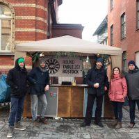 Round Table Mitglieder und ehrenamtliche Helfer am Glühweinstand