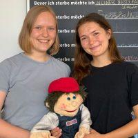 Johanna Bietz (li) und Philine Grünwald mit dem Maskotchen des Kinderhospizdienstes OSKAR